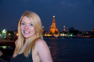 Nicole in front of Wat Arun at night