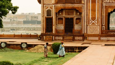 Landscapers in front of the Tomb of I'timād-ud-Daulah